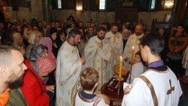 Храм Светог Саве: Више од хиљаду верника на светој тајни јелеосвећења поклонило се моштима Светог Нектарија