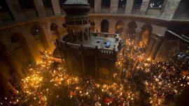 У Храму Христовог Гроба упаљен Благодатни огањ